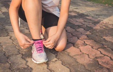 Löpare knyter sina skor